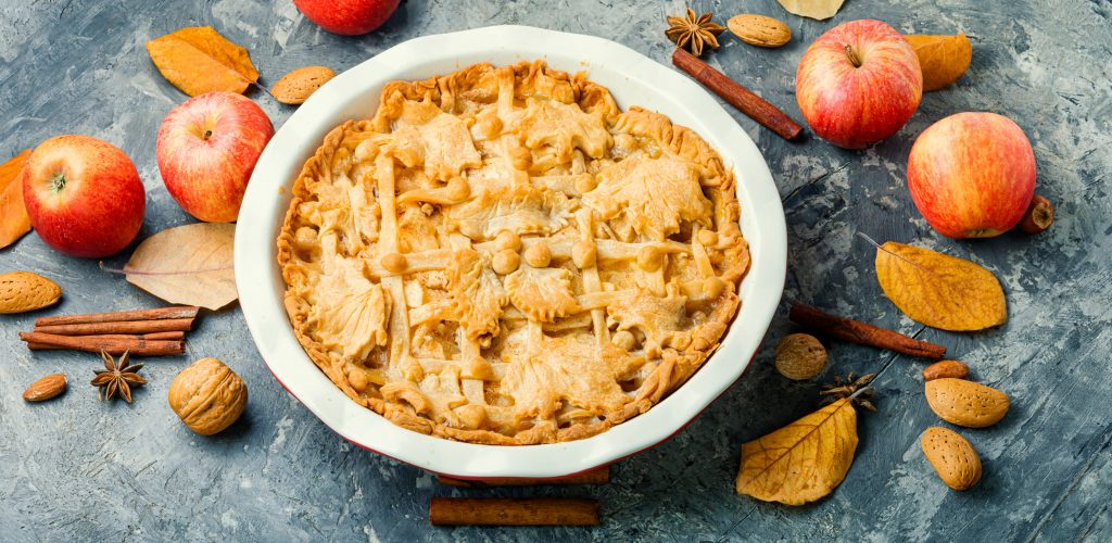 Fall Apple Pie With Lattice Crust and Garnishing nikolaydonetsk © 123rf